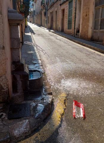 Una furgoneta romp la font del carrer Pau Noguera