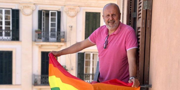 MÉS per Mallorca penja la bandera LGTBI+ en un balcó del Parlament