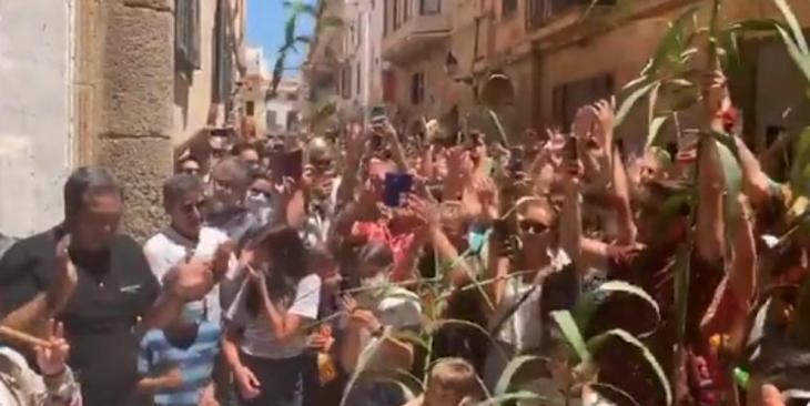 Desenes de persones es concentren davant la residència del Caixer Senyor a l'hora del primer toc de fabiol