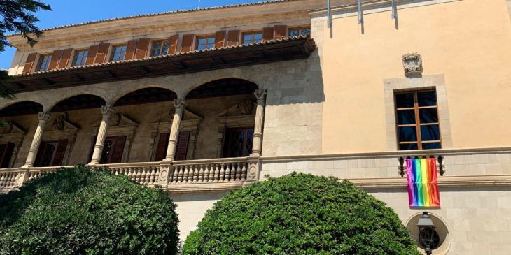 El Govern penja la bandera LGTBI a la façana del Consolat de Mar