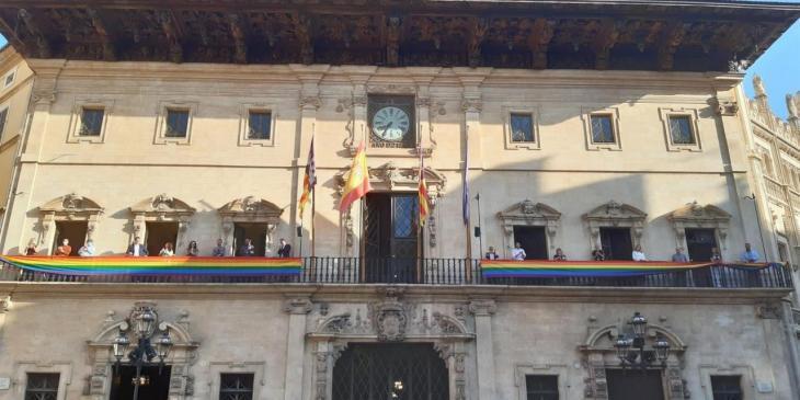L'Ajuntament de Palma penja la bandera LGTBI al balcó de Cort pel Dia de l'Orgull