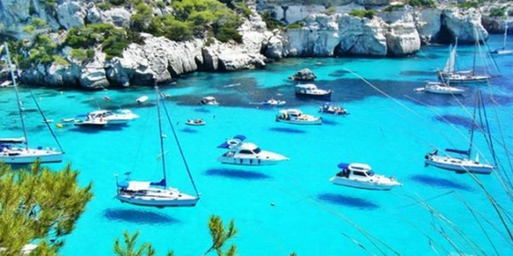 El 'Petit Nicolás' de vacances a Menorca increpa un vaixell perquè no duia la bandera espanyola