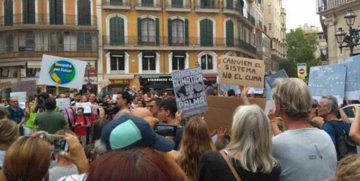 Fridays For Future promou una recollida de firmes per a demanar accions enfront del canvi climàtic