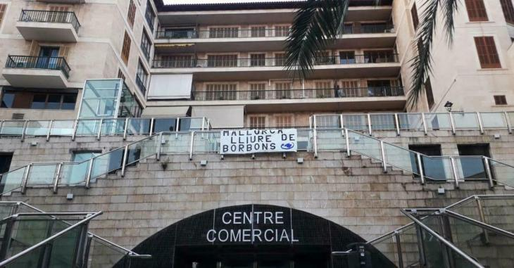 Mallorca Lliure penja una pancarta contra la visita del Borbó a l'illa