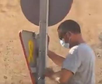[VÍDEO] Retiren un senyal de trànsit a Petra amb un llaç groc pintat per la visita de Felipe VI