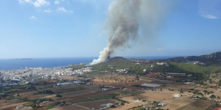 [VÍDEO] Declarat un incendi forestal a Sa Talaia d'Eivissa