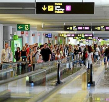 Un usuari denuncia aglomeracions a l'Aeroport i Aena respòn que és una «coincidència puntual»