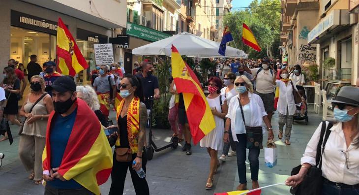 Banderes franquistes a la manifestació contra Sánchez i Armengol convocada per Foro Baleares