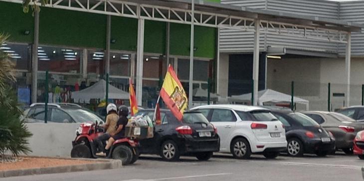 Alerten sobre una persona amb una bandera franquista i la policia no l'identifica