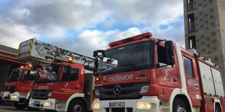 Els Bombers extingeixen un incendi en un hangar d'autobusos a Andratx