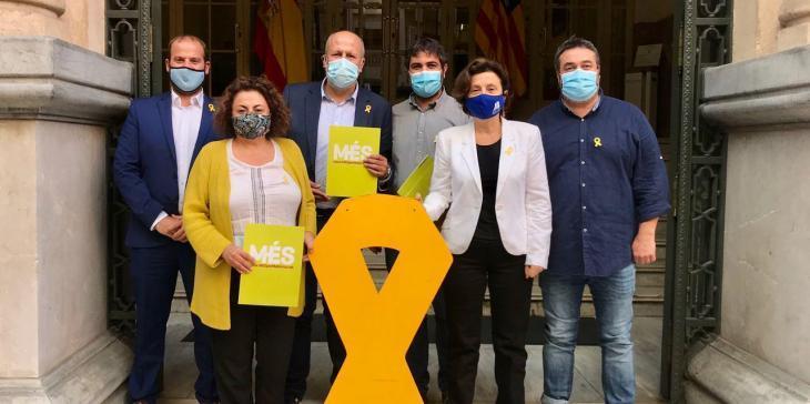 Els diputats de MÉS tornen a penjar el llaç groc a la façana del Parlament