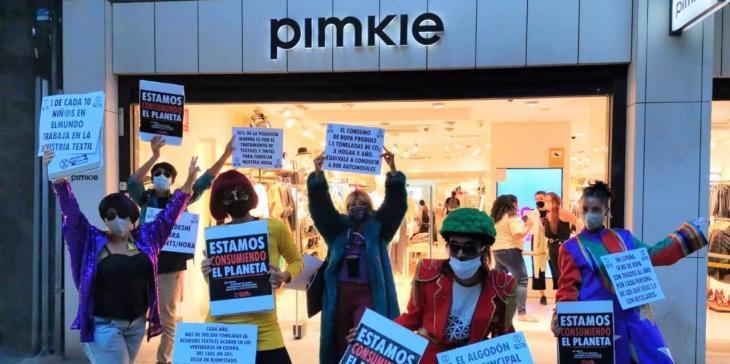 Extinction Rebellion desfila a Eivissa per a conscienciar sobre l'ús compulsiu de la moda ràpida i els seus efectes