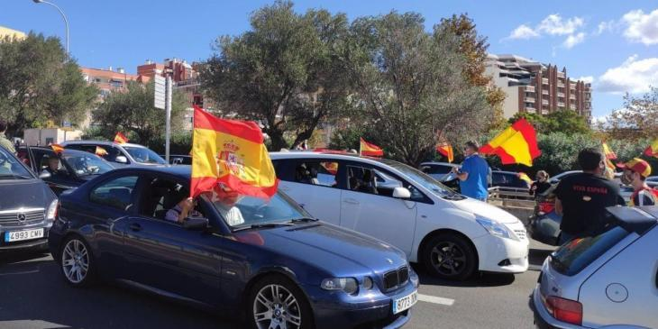 Banderes falangistes i espanyoles en una marxa espanyolista a Palma