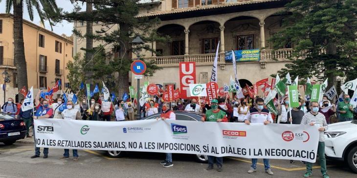 Un centenar de persones protesta davant el Consolat de Mar contra les retallades als funcionaris