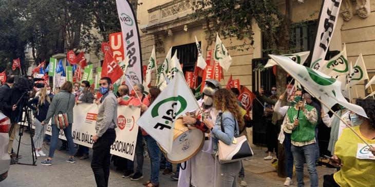 Funcionaris es tornen a concentrar per protestar contra les retallades davant el Parlament