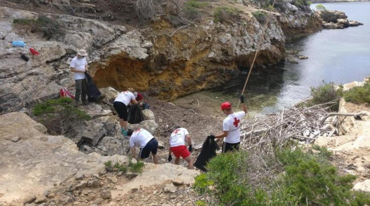 Més del 93% dels fems marins recollits a les platges de Cabrera són plàstics