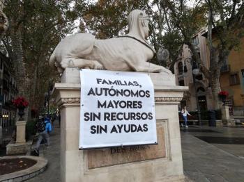 Pancarta reivindicativa encadenada a una de las esfinges del Born, en Palma.