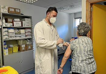 Comença la vacunació als majors de 70 anys i arriben 220 dosis al PAC